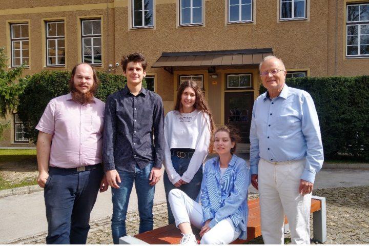 Študent fizike Mitja Suvajac mentor mednarodno uspešni ekipi mladih fizikov